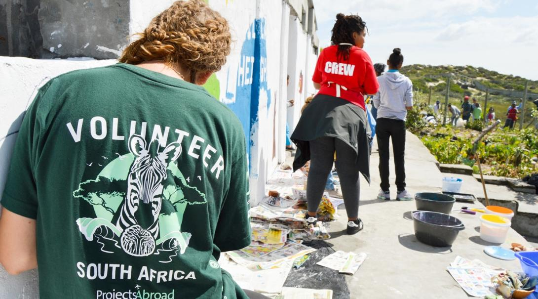 南アフリカ共和国の教育施設の塗装作業を通して学習環境の改善に努めるチャイルドケアボランティア